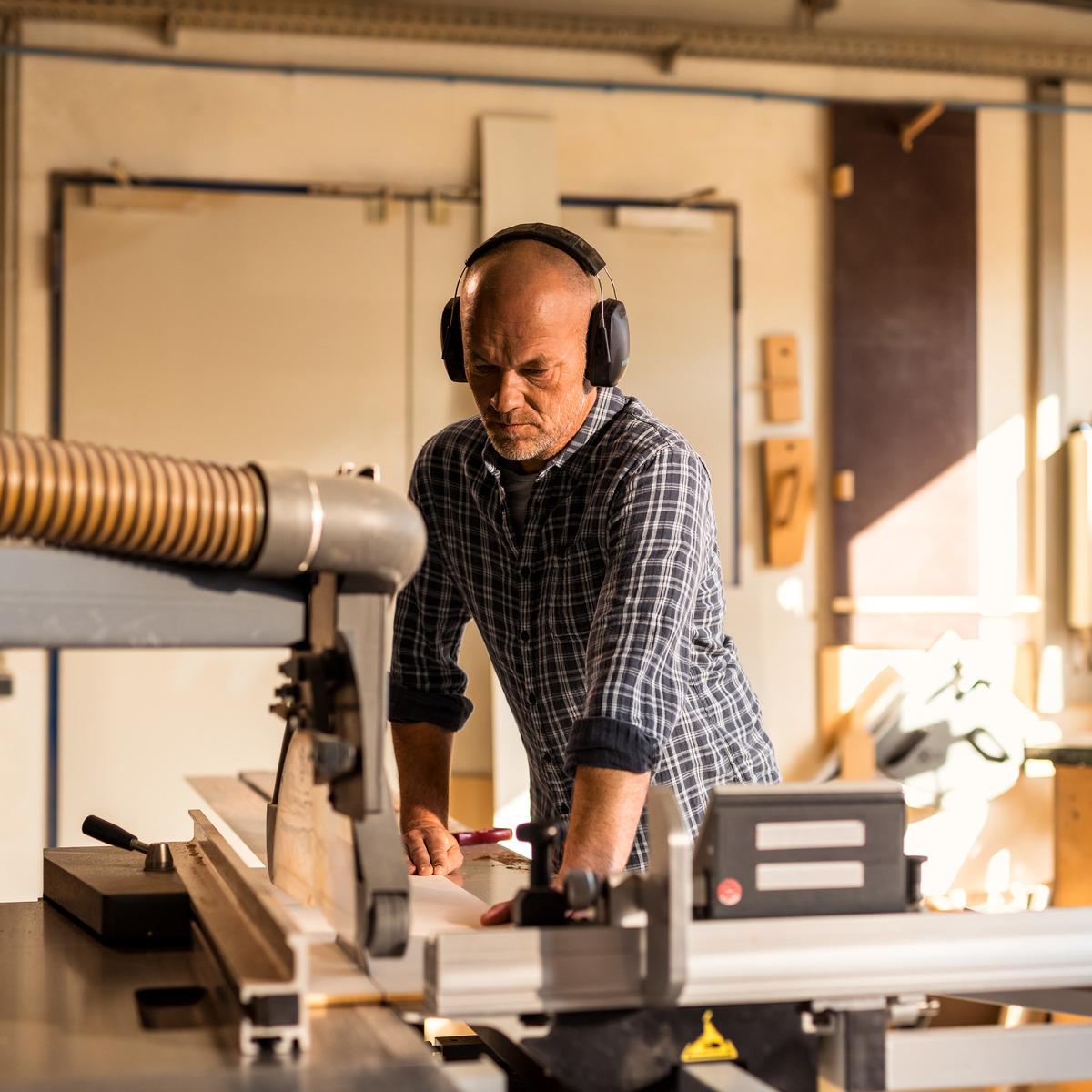 selbständiger Tischlermeister in seiner Werkstatt