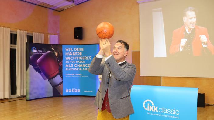 Coach Johannes Warth balanciert Basketball auf den Fingern