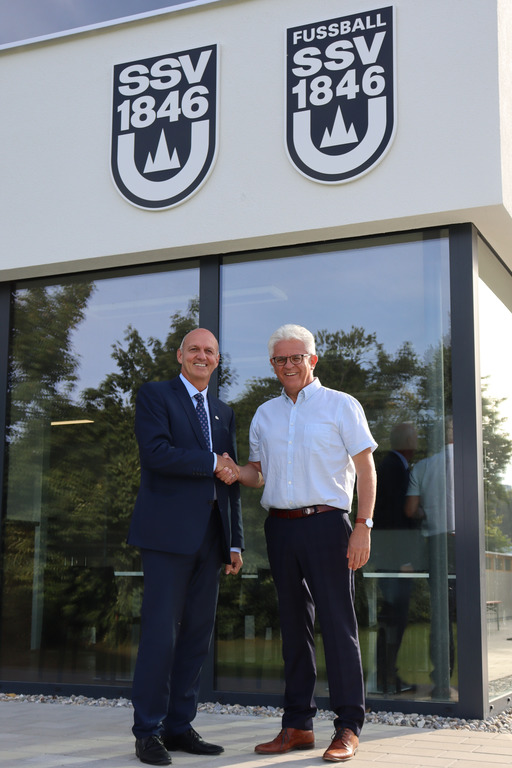 Karl Simon und Anton Gugelfuß beim Händeschütteln vor dem SSV-Gebäude