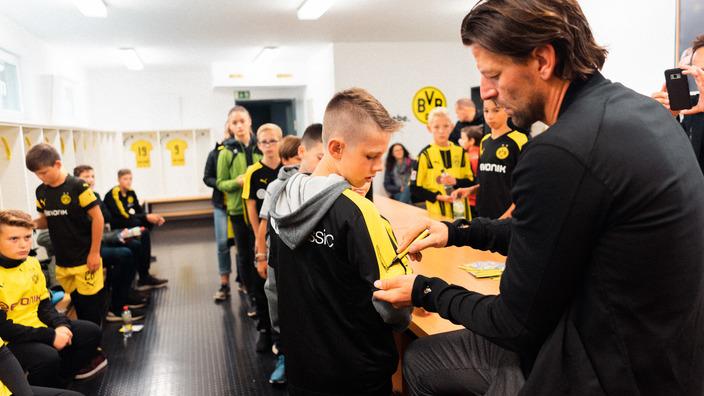 Roman Weidenfeller unterschreibt auf den BVB-Outfits der Nordhorner Kids