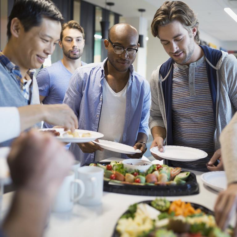 Mitarbeiter unterschiedlichster Nationalität beim gemeinsamen Essen