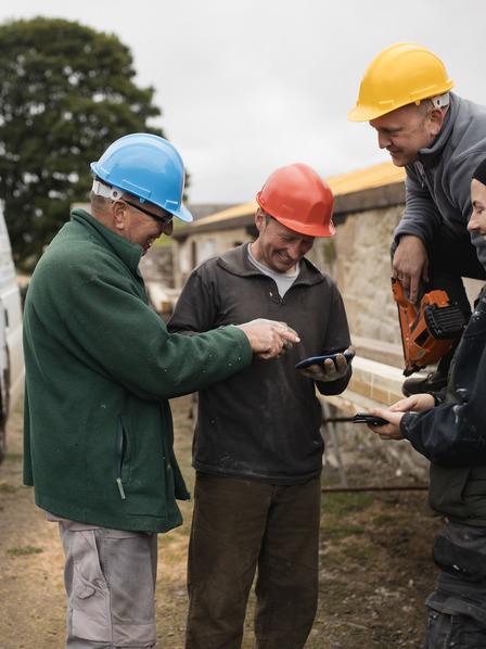 Handwerker machen Pause auf einer Baustelle während der kalten Jahreszeit