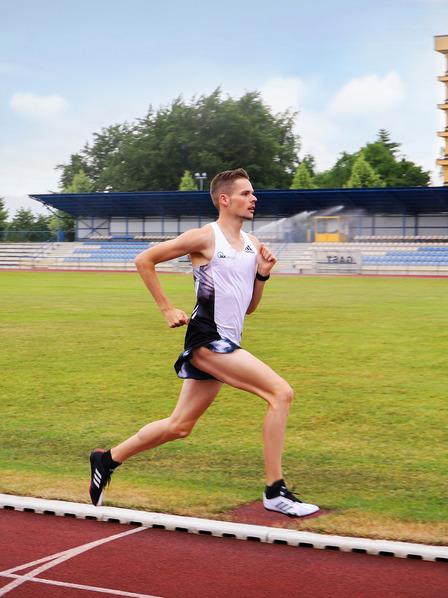 Leichtathlet Sebastian Hendel rennt auf der Laufbahn in einem Stadion.