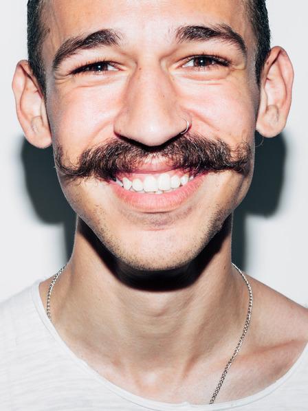 junger Mann, der sich anlässlich des Movember einen Schnurrbart stehen lässt
