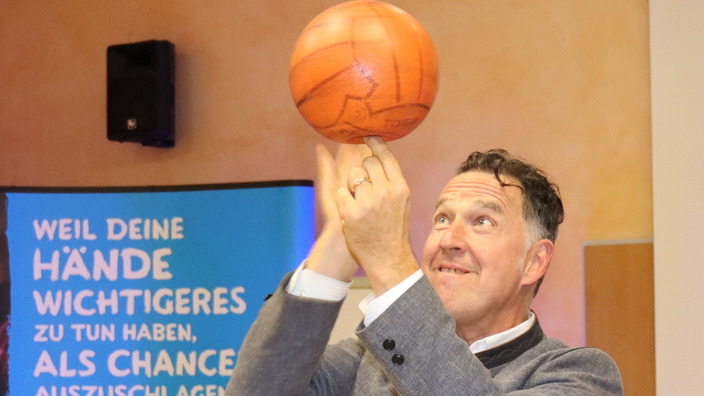 Johannes Warth balanciert Basketball auf den Fingern