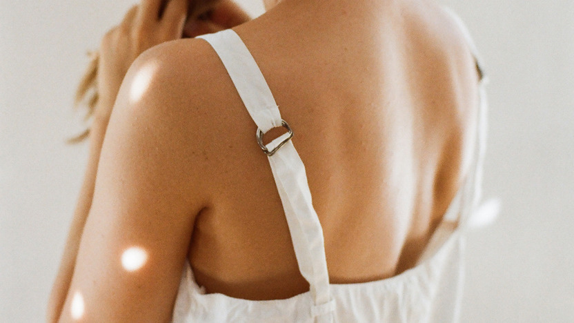 schön gebräunter Rücken einer jungen Frau