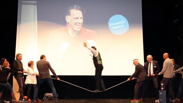 Coach Johannes Warth balanciert auf einem Seil