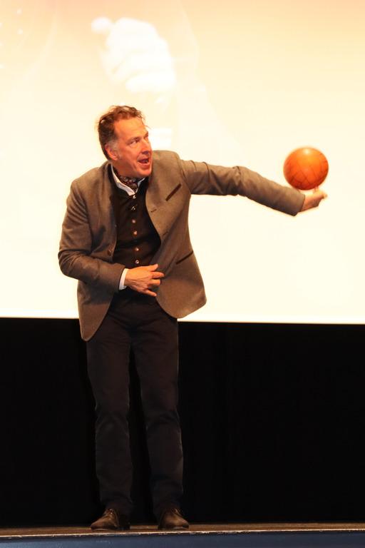 Coach Johannes Warth zeigt Tricks mit einem Basketball