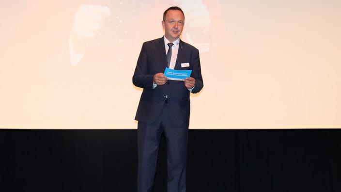 Stephan Rauch bei der Moderation auf der Bühne