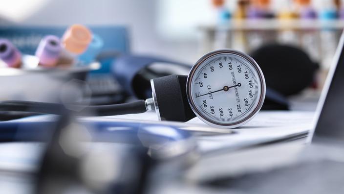 Blutdruckmessgerät liegt auf dem Schreibtisch eines Arztes