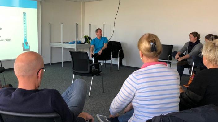 IKK-Präventionsexperte Tim Stratmann gibt Mitarbeitern Tipps zur Rückengesundheit