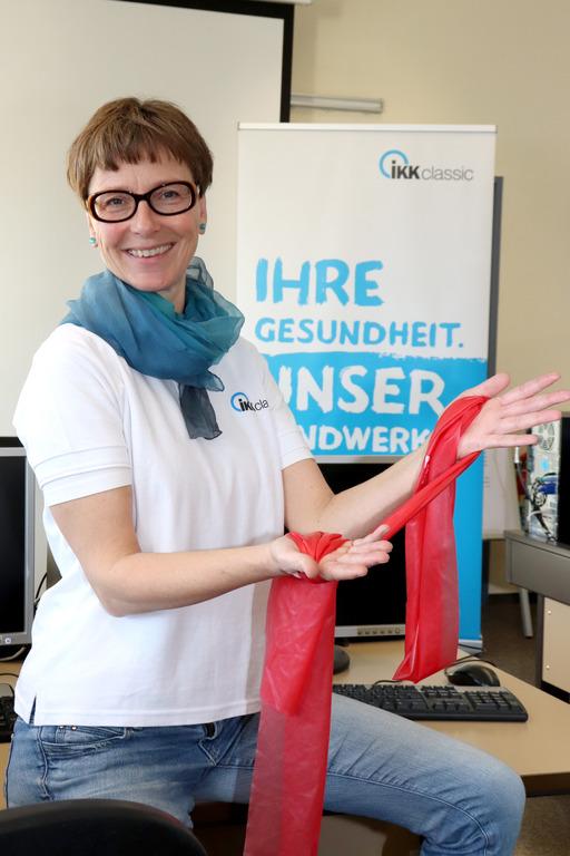 Bewegungspädagogin Susanne Geiger mit Theraband in der Hand