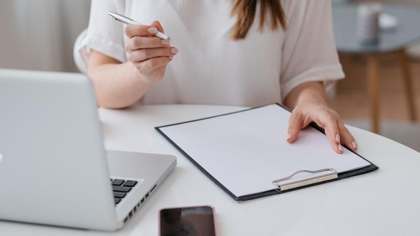junge Frau arbeitet an ihren Bewerbungsunterlagen