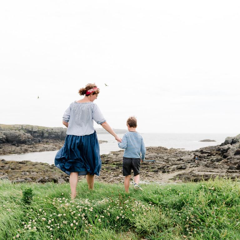 Mutter und Sohn gemeinsam am Meer