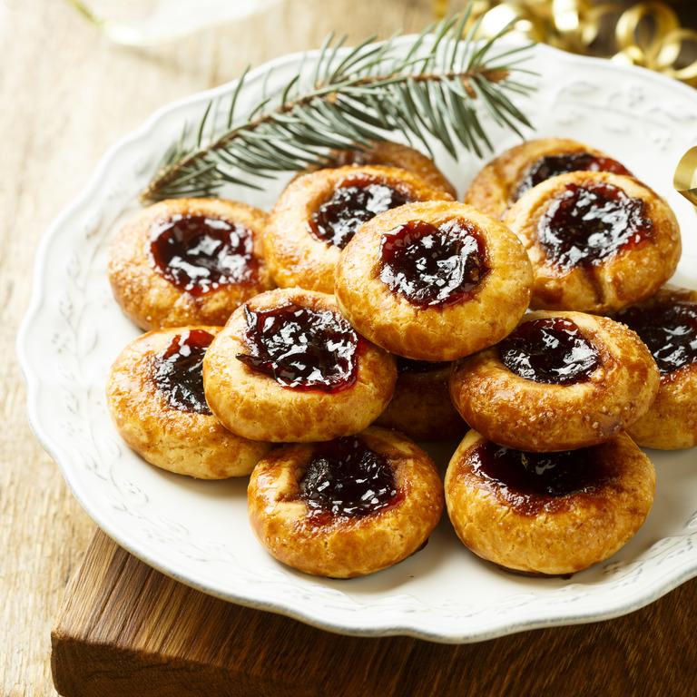 Engelsaugen auf einem Teller mit weihnachtlicher Dekoration.