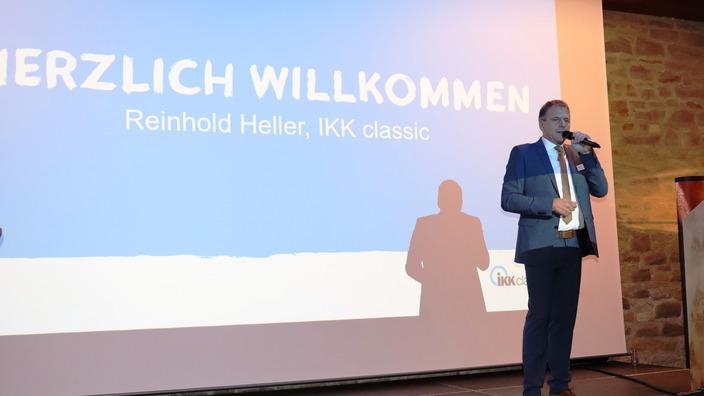 Reinhold Heller begrüßt die Teilnehmer von der Bühne