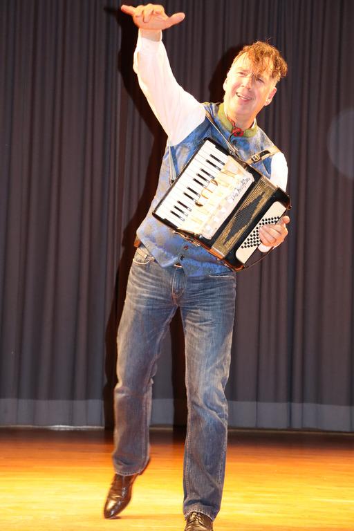 Coach Johannes Warth spielt Akkordeon