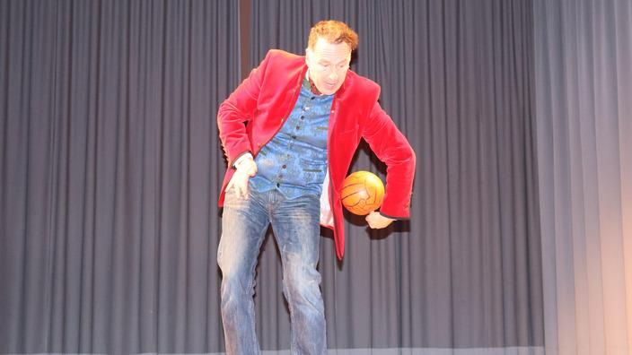 Coach Johannes Warth zeigt Tricks mit dem Basketball