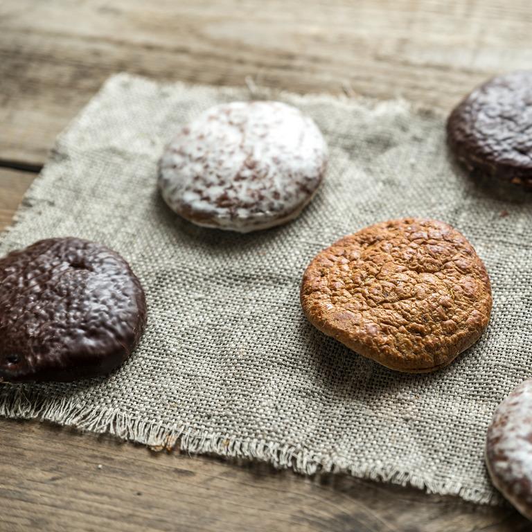 Lebkuchen auf einem Tuch mit Schokoladenguss, Zuckerguss und ohne Guss.
