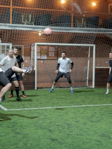 Fußballspieler beim Indoor-Fußball