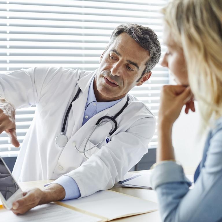 Arzt erklärt einer Patientin seinen Befund