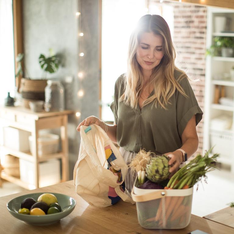 Frau packt ihre Einkäufe aus