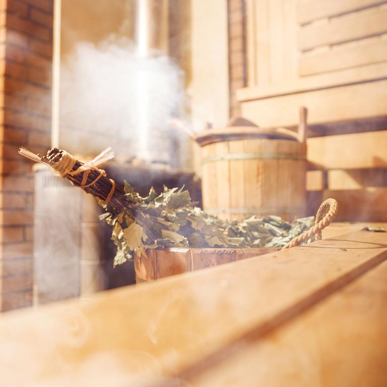 Birkenrute in einem Wasserbottich steht bereit für einen Saunaaufguss