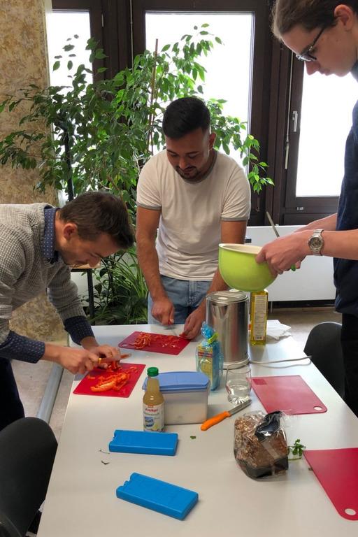 Hildesheimer Maler-Azubis bereiten vollwertige Pausenmahlzeiten zu