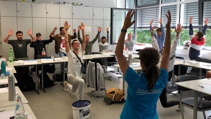 Oldenburger Maler- und Lackierernachwuchs bei Übungen zur Entlastung der Wirbelsäule