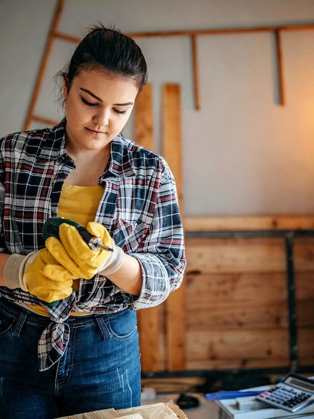 junge Frau beim Heimwerken
