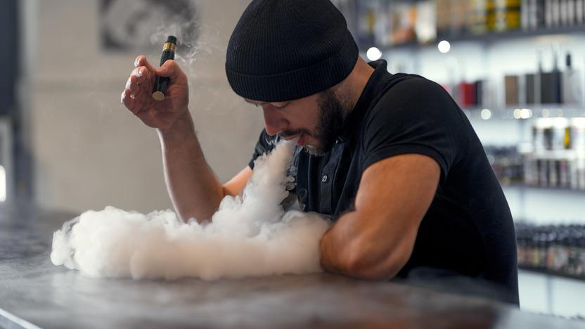Mann raucht eine E-Zigarette