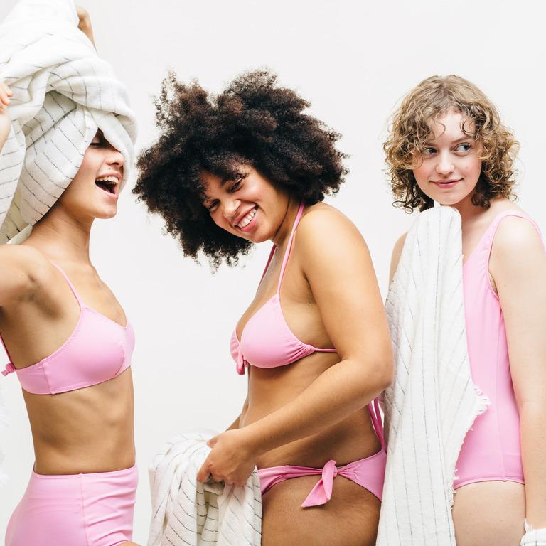 Drei weibliche Models in rosa Unterwäsche