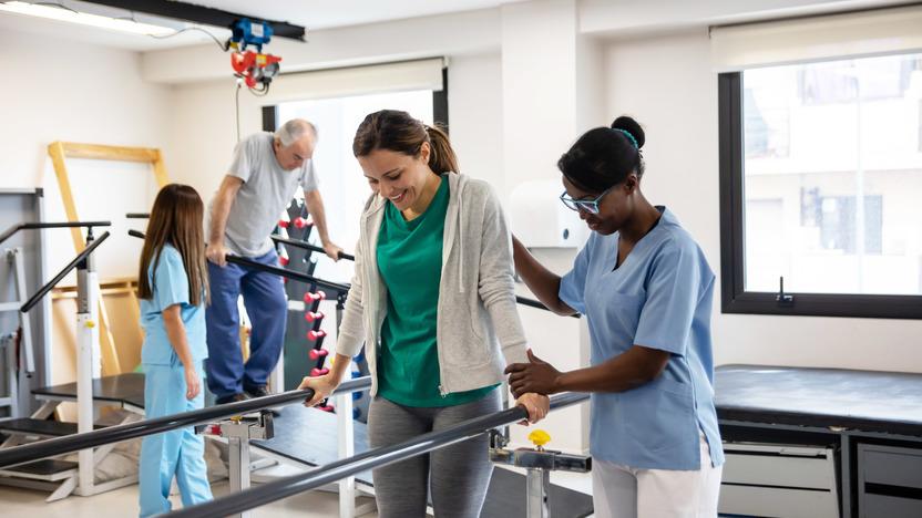 Frau trainiert in der Reha-Klinik das Laufen