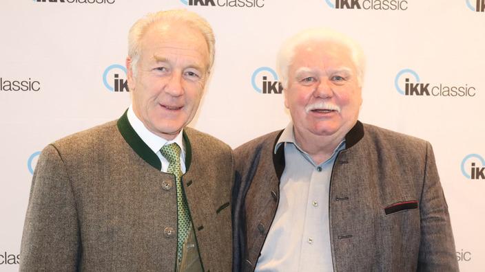 Klaus Dank und Peter Prison vor einer Wand mit IKK classic-Logos