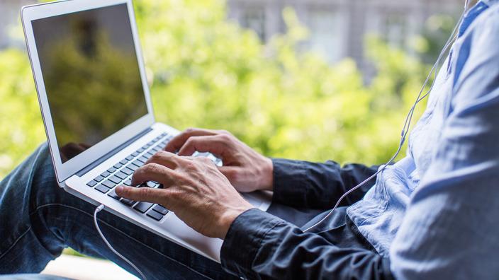 Mann ändert seine Kundendaten auf seinem Laptop