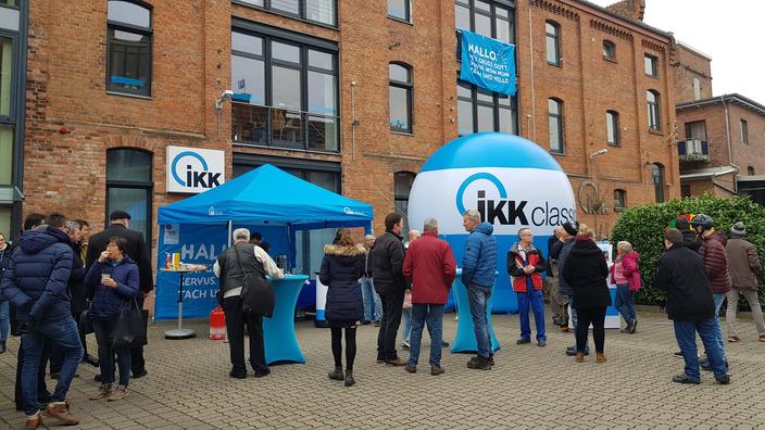 Besucher beim Tag der offenen Tür vor dem IKK-Gebäude