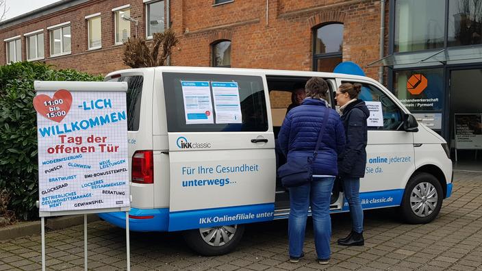 Gesundheitsbus der IKK classic vor dem IKK-Gebäude
