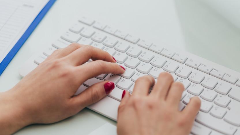 Frau sucht einen Arzt auf dem Computer