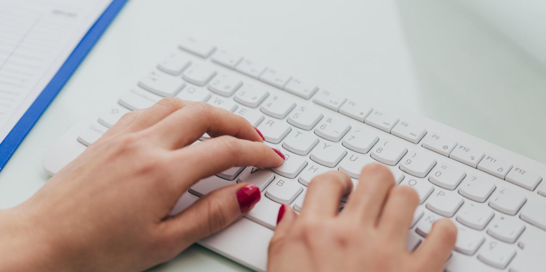 Frau nutzt die Arztsuche auf ihrem Computer
