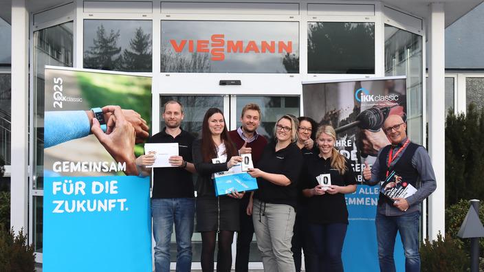 Gruppenbild vor dem Gebäude der Firma Viessmann