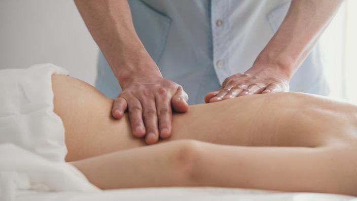 Osteopath behandelt einen Rücken