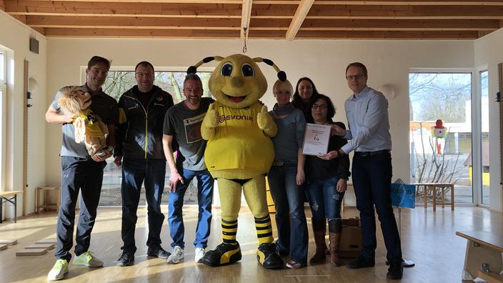 Gruppenbild im AWO Familienzentrum mit BVB-Maskottchen Emma