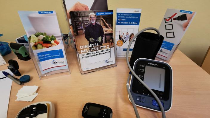 Geräte und Prospekte zum IKK-Gesundheitscheck auf dem Tisch