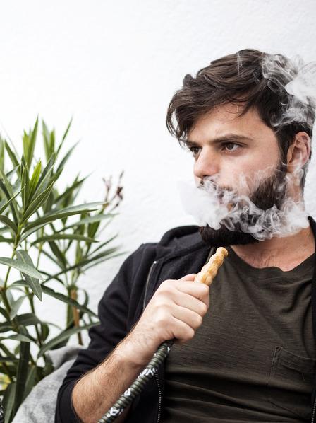 Mann raucht eine Shisha