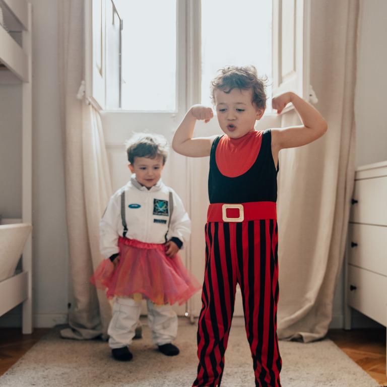 als Zirkusartisten verkleidete Jungen