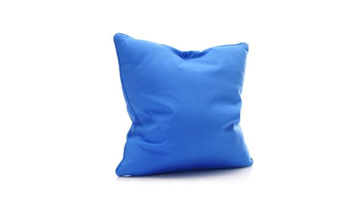 blaues quadratisches Zierkissen