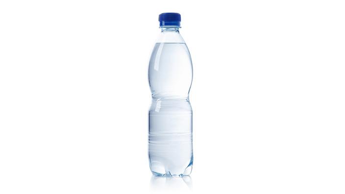 gefüllte Wasserflasche ohne Etikett