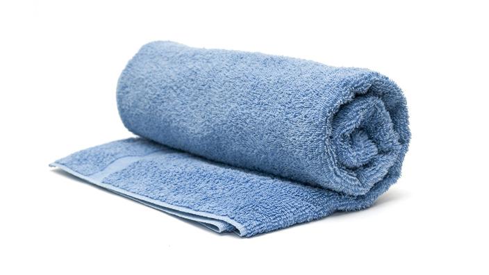 Gerolltes blaues Handtuch