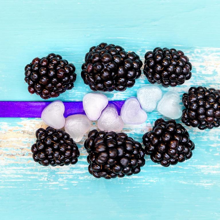 Eisstiel, Brombeeren und Eiswürfel in Herzform