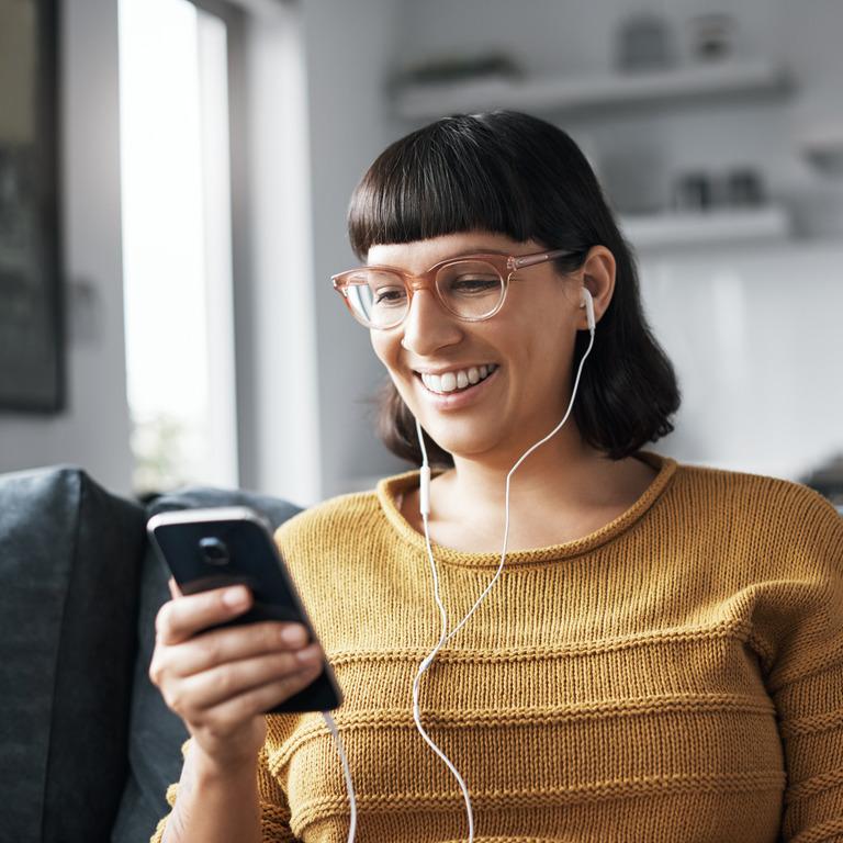 Videotelefonat per Smartphone und In-Ear-Kopfhörern